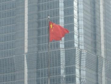 Chinese vlag tussen de gebouwen